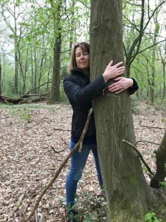 Étreindre un arbre. Sylvie G